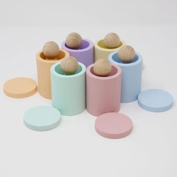 Juego de palchiki con cubiletes y monedas pastel
