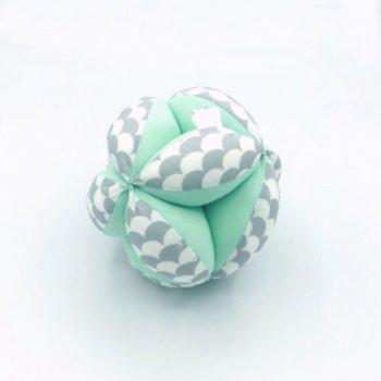 """Pelota """"Montessori"""" Escamas gris/mint"""